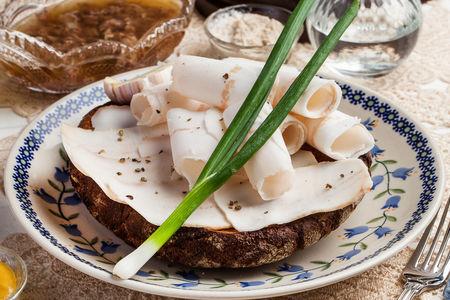 Сало с бородинскими хлебцами