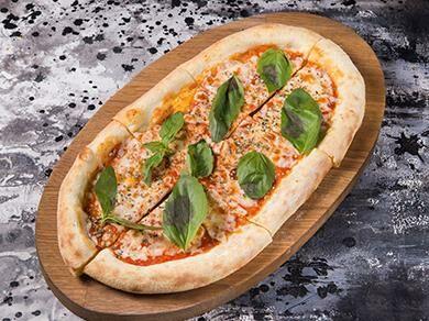 Пицца томатным соусом и моцареллой