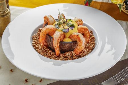Тигровые креветки с кукурузным соусом и поп-корном из гречки