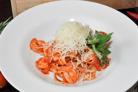 Паста Феттуччине c креветками и томатным соусом