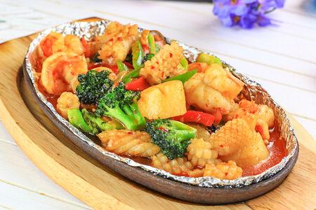 Ассорти из морепродуктов в соусе сача