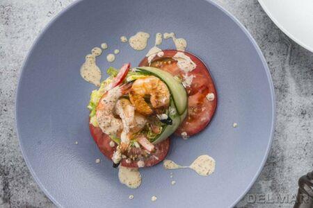 Салат с креветками и кунжутным соусом
