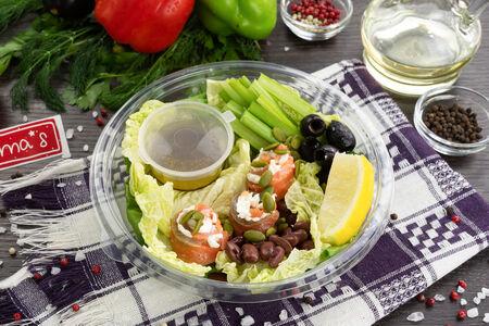 Микс-салат Болс с малосольным лососем