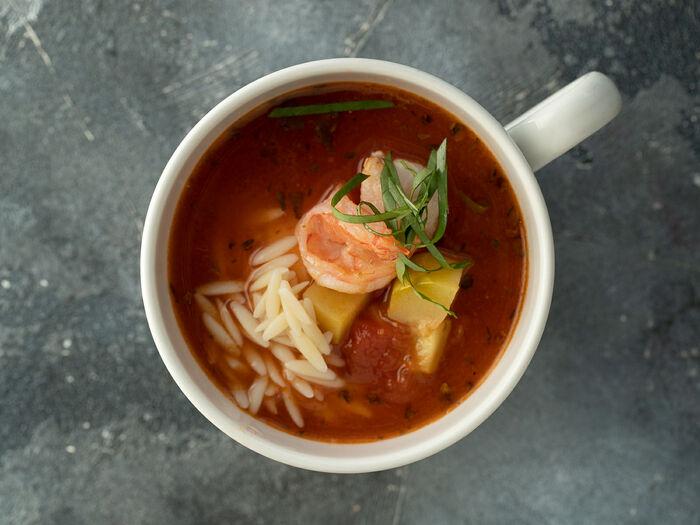 Томатный суп с креветками и пастой орзо