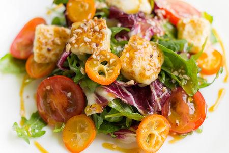 Салат с халлуми и кумкватом