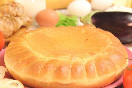 Пирог с курицей, баклажанами и томатами