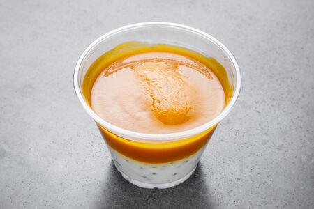 Йогурт с семенами чиа и манговым пюре