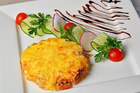 Нежная отбивная с соусом дижон под сыром