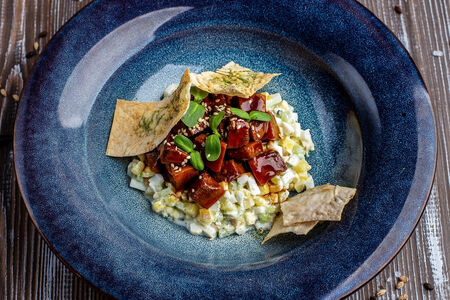 Салат с языком в карамельном соусе с пшеничными чипсами