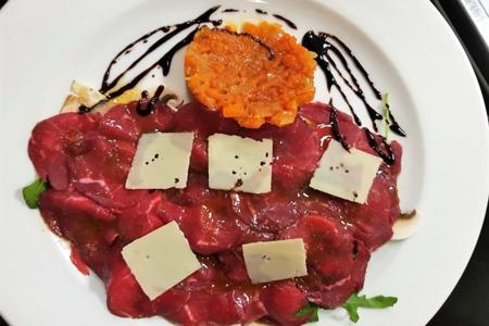 Карпаччо из говядины на листьях рукколы с шампиньонами и овощной икрой