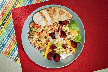 Рис с овощами с цыпленком якитори и салат овощной