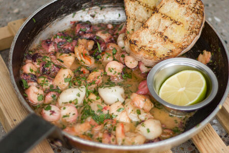 Морепродукты в сковороде
