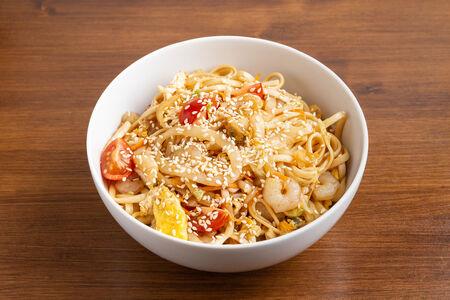 Удон с морепродуктами и томатами черри под устричным соусом