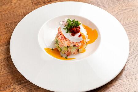 Салат с камчатским крабом и яйцом пашот