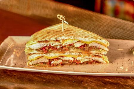 Сэндвич с курицей и соусом релиш