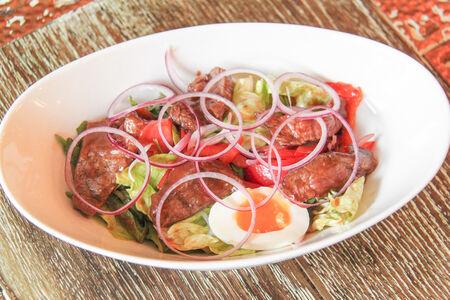 Салат с телятиной, томатами и соусом из тамаринда