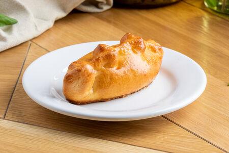 Пирожок с курицей и сыром