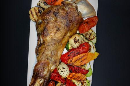 Баранья ножка из тандыра с овощами
