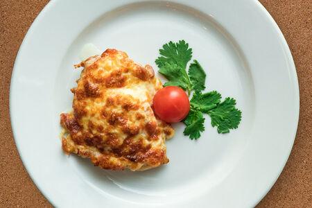 Курица под сыром с помидором