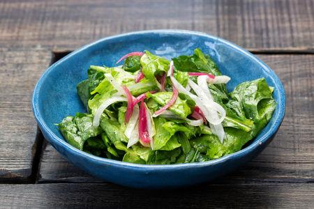 Листья салата с овощами