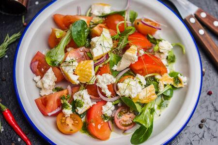Салат из томатов с домашним сыром