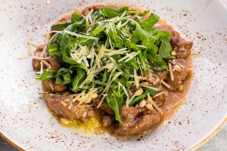 Салат с куриной печенью, дикой рукколой и белыми грибами