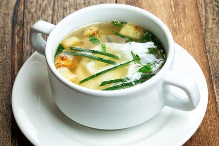 Суп куриный с яйцом пашот