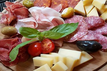 Традиционное итальянское ассорти сыров и колбас