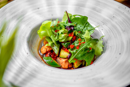 Теплый салат с лососем и авокадо под соусом терияки