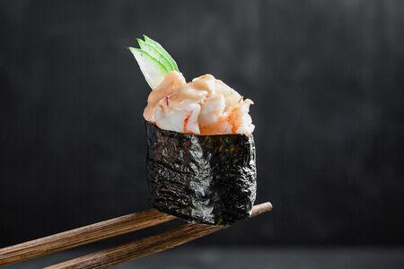Спайси суши с креветкой