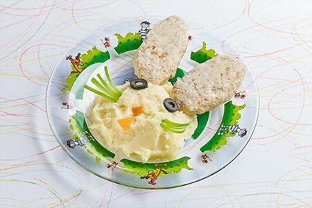 Куриные котлеты с сыром на пару с картофельным пюре Зайчишка