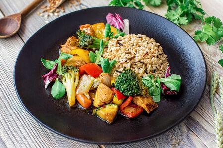 Курица с овощами и бурым рисом