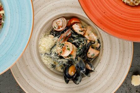 Чёрные спагетти с лососем, мидиями и креветками