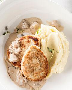 Куриные котлеты с картофельным пюре и сливочно-грибным соусом