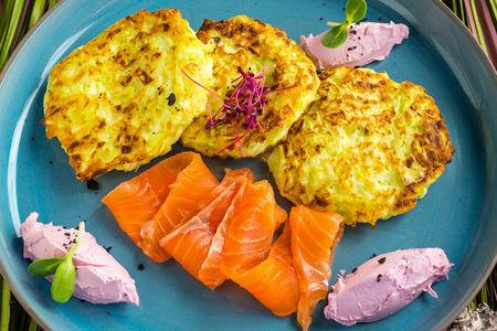 Оладьи из цуккини с лососем и сливочным крем-сыром