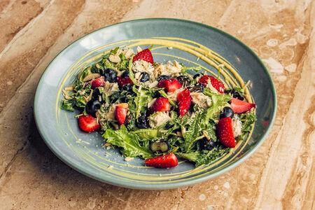 Салат с клубникой и горгонзолой