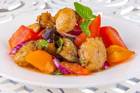 Тёплый  салат из курицы с овощами