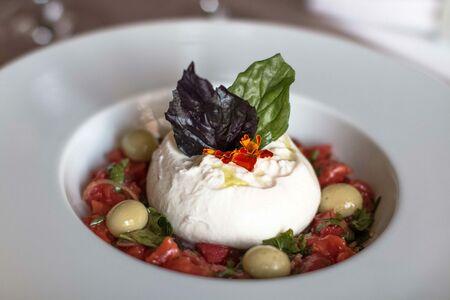 Тартар томатный с Буррата и маслинами