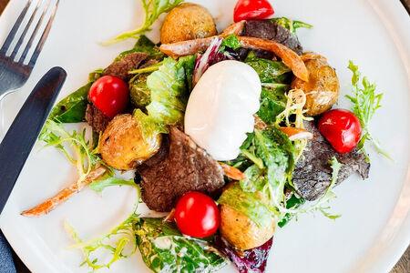 Теплый салат из говядины с картофелем и шпинатом