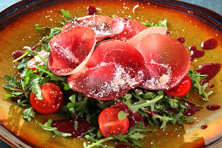 Бреазола с руколой и вялеными томатами
