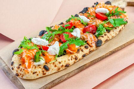Длинная пицца с лососем и мягким сыром