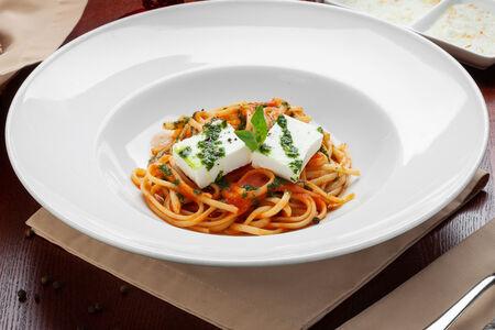Лингвини в томатном соусе с базиликом и сыром Фета