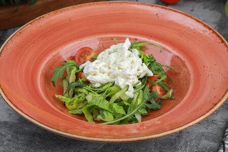 Салат с деревенскими овощами и  сыром Страчателла