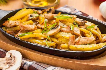 Жареная картошечка со свининой и грибами