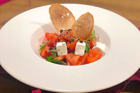 Салат Томаты с мягким сыром