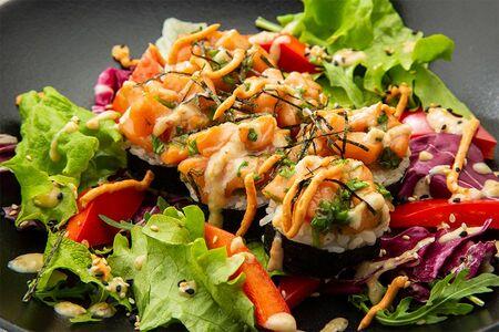Ролл лосось терияки с соусом тахини и салатным миксом