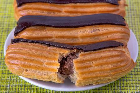 Пирожное Эклер шоколадный