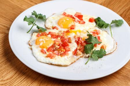 Яичница с помидорами и сулугуни двойная
