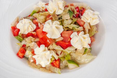 Салат овощной со сливочным сыром