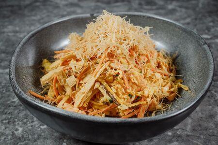 Ланкийский салат с паровым лососем